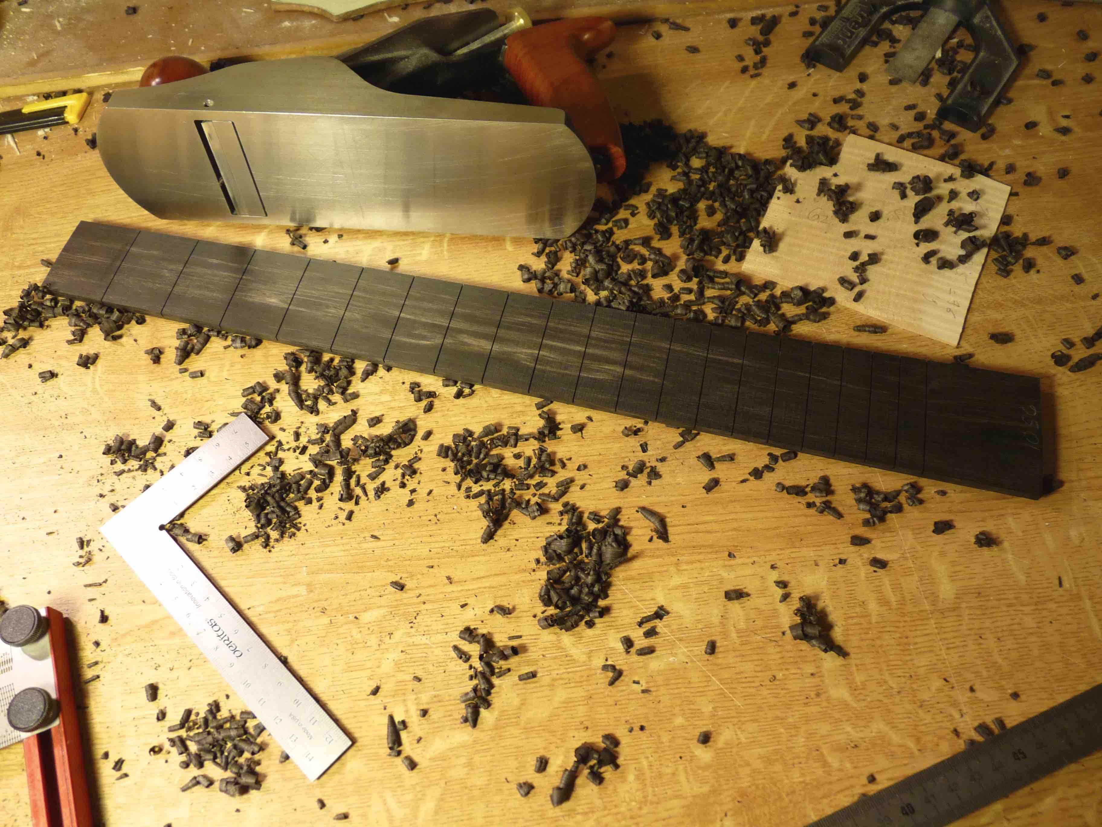 Fabrication d'une touche en ébène pour guitare.